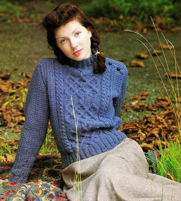 синий пуловер с аранами.