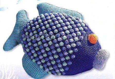 Схема тут.  Вязаная подушка-рыбка.