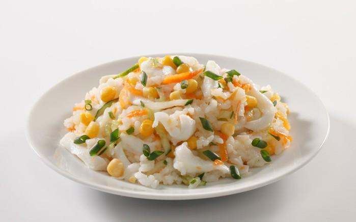 Салат с рисом и кальмарами