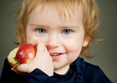 фото человека с яблоком