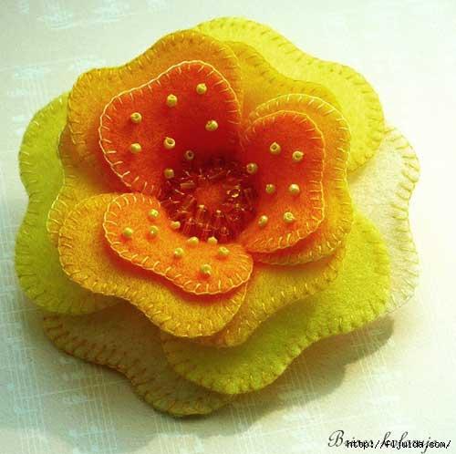 Обратите внимание на цветок из фетра - его составляют сшитые в центре различные &quote;уровни&quote; лепестков.