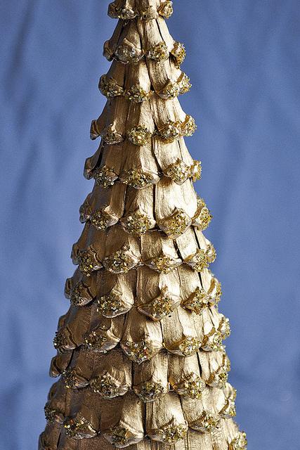 Елка из чешуек от сосновых шишек