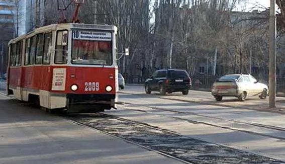 В Саратове рабочие заасфальтировали трамвайные пути
