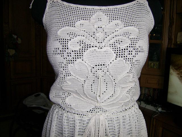 Платье связано крючком.