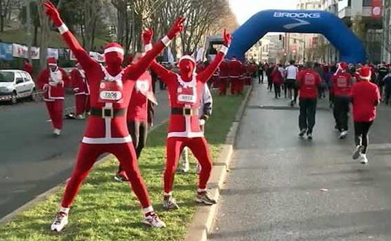 Велопробег Санта-Клаусов в Риме и парад Дедов Морозов в Рыбинске. Фотографии