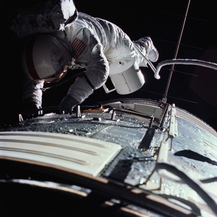95056234_large_Apollo_17_astronaut_Ronald_E_Evans_performs_an_EVA_to_retrieve_film_cassettes_during_the_transEarth_coast (700x700, 111Kb)