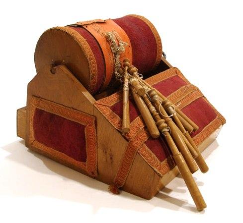 Старинные барабан и коклюшки для плетения кружева.