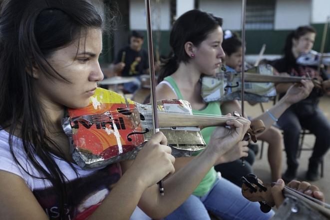 Детский оркестр с самодельными инструментами из мусора
