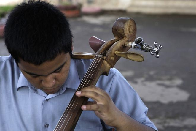 Детский оркестр с самодельными инструментами из мусора. Фотографии, видео