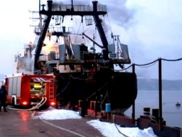 Владивосток - пожар на траулере (365x274, 30Kb)