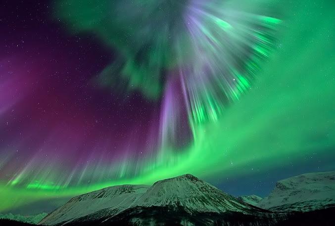 Северное сияние над горами... (677x457, 73Kb)