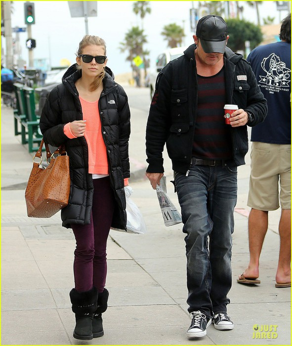 annalynne-mccord-&-dominic-purcell-coffee-strolling-couple-10 (591x700, 114Kb)