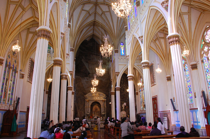 http://img0.liveinternet.ru/images/attach/c/7/95/451/95451098_large_inside_las_lajas_cathedral.jpg