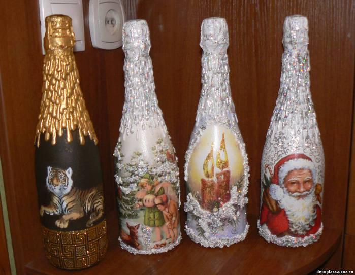 Чтобы украсить бутылку шампанского Вам потребуются новогодние открытки или же салфетки для декупажа.