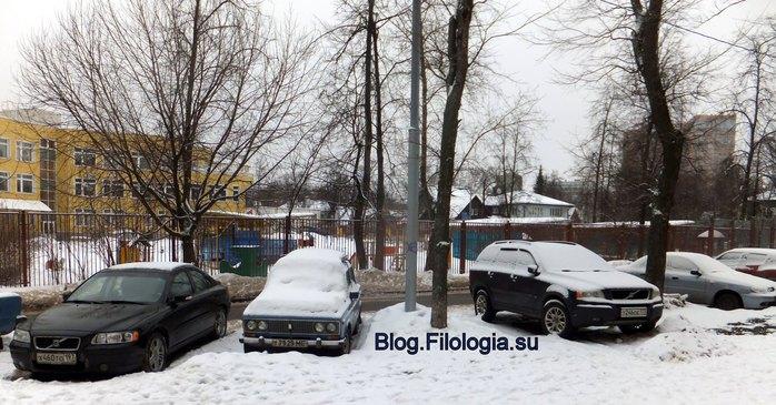 Машины во дворе в снегу. Первый день января./3241858_2 (700x365, 92Kb)