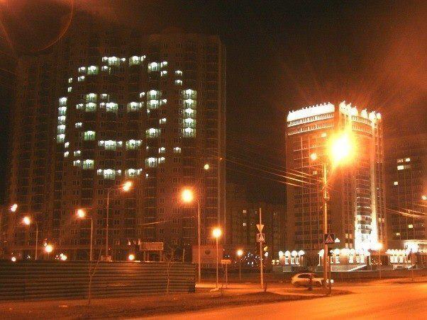 В Тюмени есть дом, который по вечерам улыбается городу (602x452, 51Kb)