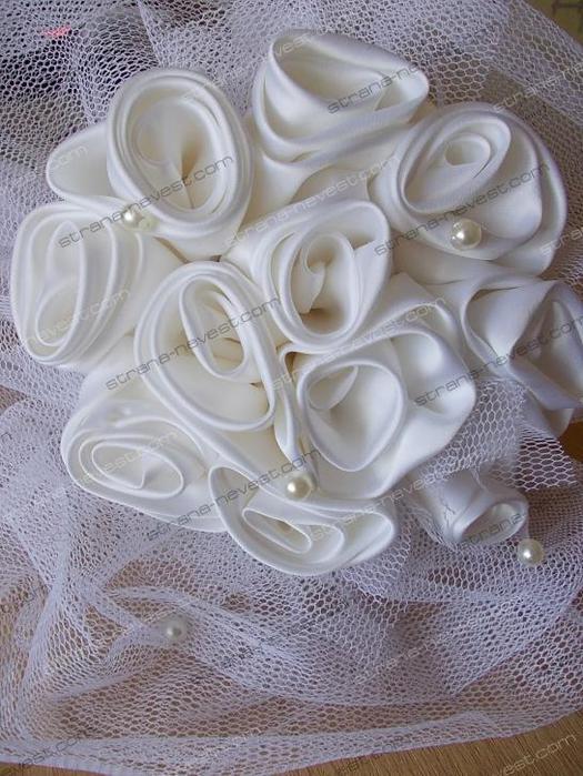 Букеты - дублеры бывают разными: из живых цветов, искусственных, из цветов, сделанных из ткани, бисера...