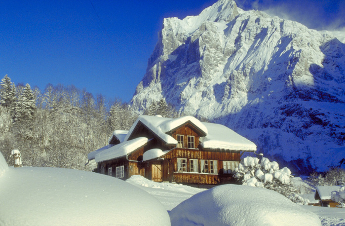 winter-swiss-mountain-chalet (700x458, 179Kb)