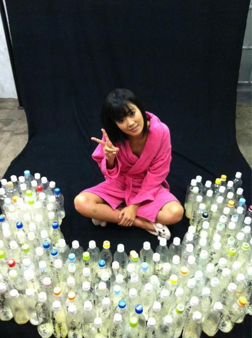 Японская звезда порно получила 100 бутылок спермы на Новый год. Фотографии