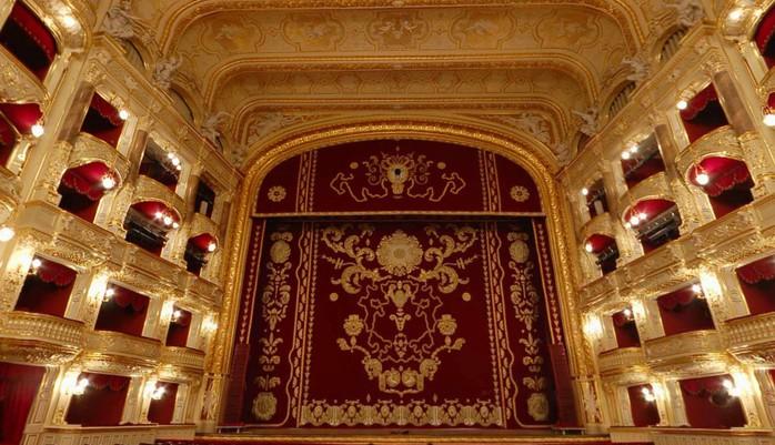 Оперный театр - Одесса Украина - Сцена и ложи зрительного зала.