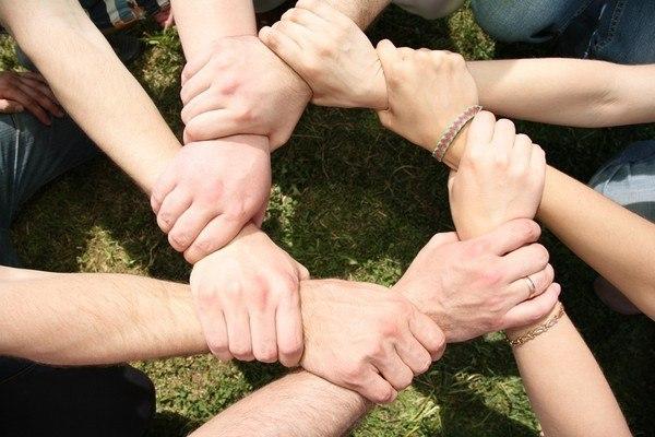 Восемь друзей пересекли руки; фото 350486, фотограф Losevsky Pavel. Фотобанк Лори - Продажа фотографий, иллюстраций и изображени