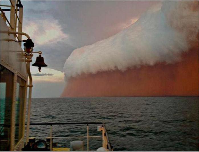 Гигантский фронт красной пыли, проходящий через Индийский океан, был сфотографирован рыбаками недалеко от Онслоу у западного побережья Австралии (700x535, 40Kb)
