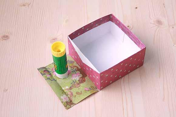 Картонную коробку обклеить бумагой