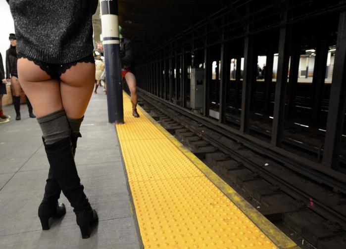 Сорвали юбку в метро японке видео