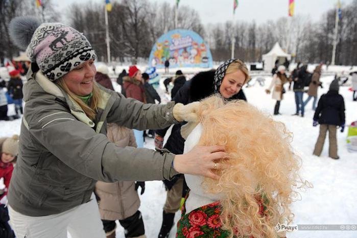 Битва снеговиков в Москве. Москвичи померялись снеговиками. Фотографии
