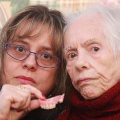Британия - женщина чуть не проглотила челюсть (234x234, 40Kb)