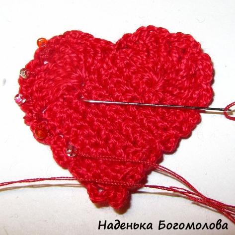 Розовый и красный бисер сливались с сердечком.  Если вам захочется украсить сердечко бисером, лучше взять бусинки...