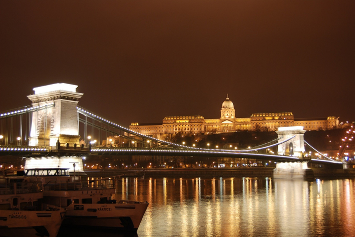 The_Szechenyi_Chain_Bridge_and_Royal_Palace_Buda_Castle_Budapest_Hungary (700x468, 325Kb)