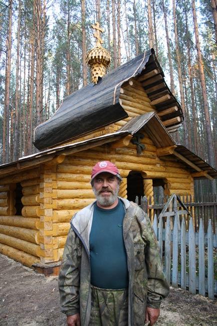 Алексеев возле часовни (433x650, 77Kb)