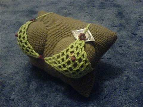 Вязание подушки с женскими грудями.