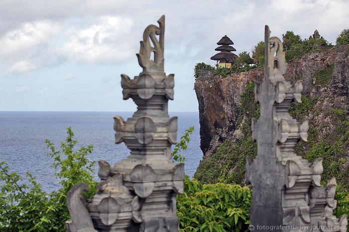 17. Улувату, если кто не знает — храм на отвесной скале на юге Бали. Место славится своими красивыми закатами, но за четыре поездки сюда мне не удалось ни один увидеть (неудивительно — два раза мы были тут днем) (700x466, 76Kb)
