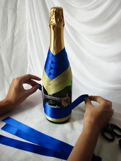 Украсить бутылки лентами своими руками