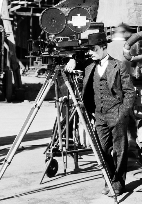 Buster-Keaton-on-the-set-of-The-Cameraman-1928 (489x700, 147Kb)