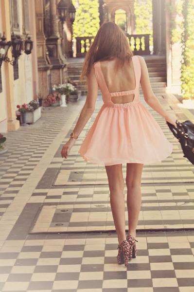 Девушки в платьях с открытой спиной