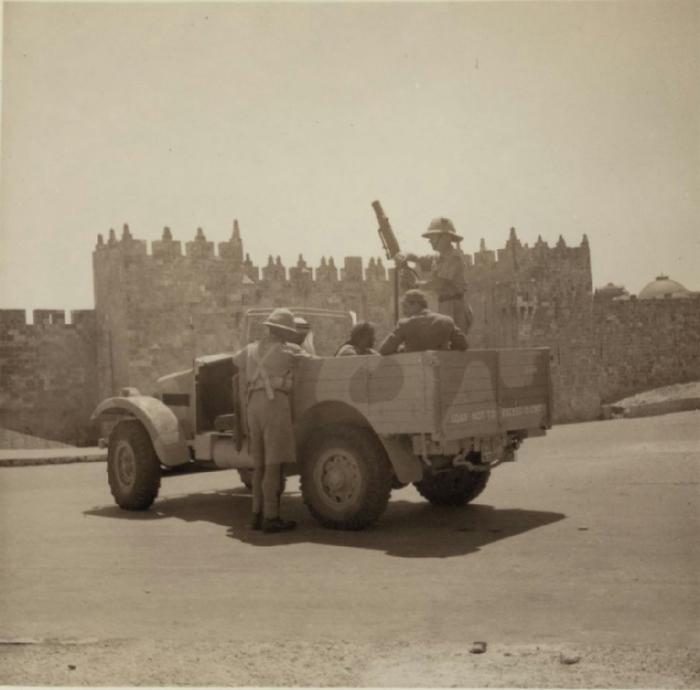 20 Военные облавы в районе Дамасских ворот Иерусалима. Бронированный автомобиль позволяет разгонять толпы, 28 августа (700x690, 219Kb)