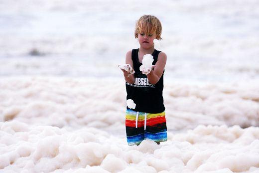 Побережье Австралии покрылось морской пеной. Фотографии