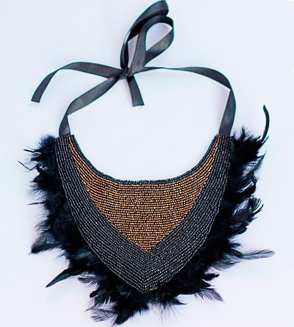 купить Коричнево-черное колье-воротник из бисера и перьев фото.