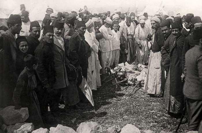 1 Толпа мужчин возле убитых ягнят. Мусульманский праздник. 1928 (700x462, 48Kb)