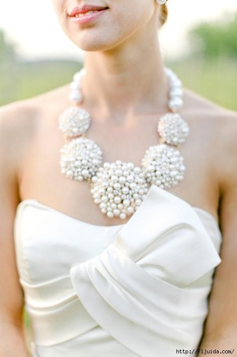 Красивое украшение на платье