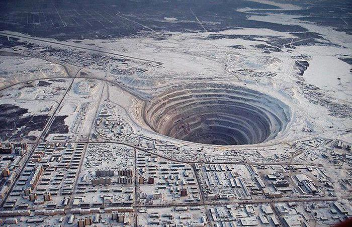 Алмазная шахта Мирный в Якутии (700x452, 107Kb)
