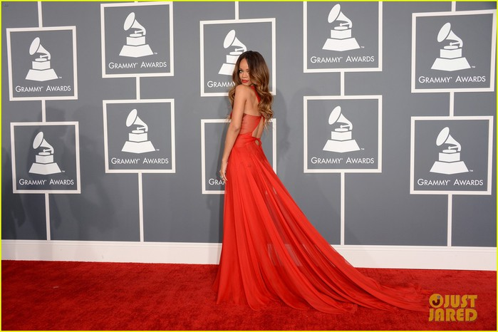 rihanna-grammys-2013-red-carpet-03 (700x466, 72Kb)