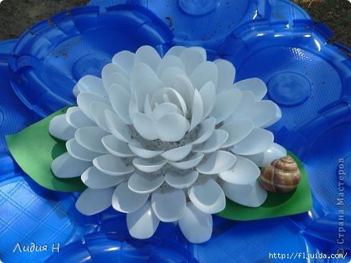 Много всяких поделок из пластиковой посуды найдёте здесь.  Цветы из пластиковых бутылок или ложек: нежная сакура...