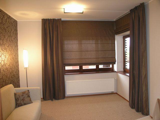 Не так уж давно стало популярным прикрывать окна общественных и домашних помещений, используя римские шторы...