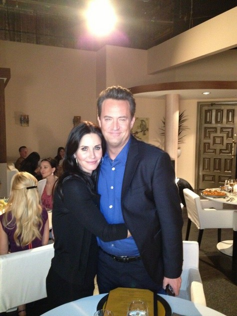 courteney-cox-matthew-perry-go-on (475x633, 71Kb)
