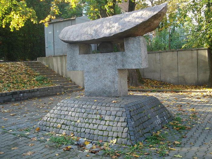 4087487_800pxChiune_Sugihara_monument_in_Vilnius2 (700x525, 122Kb)