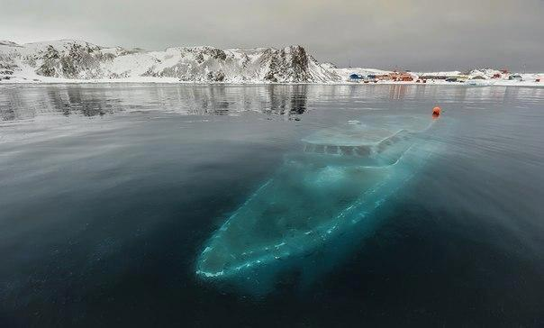 Затонувшая яхта в Антарктике.. (604x364, 24Kb)
